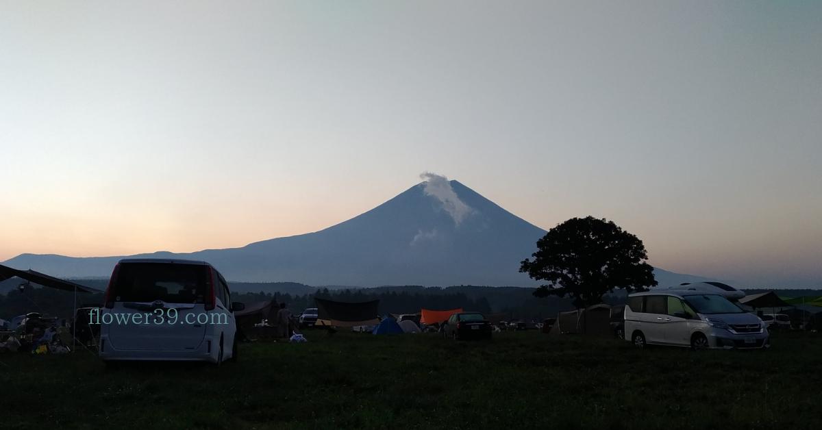 夏の日の出ふもとっぱら富士山